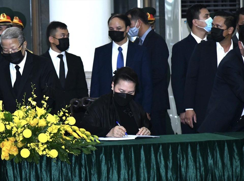 Chủ tịch Quốc hội Nguyễn Thị Kim Ngân ghi sổ tang. Ảnh HN