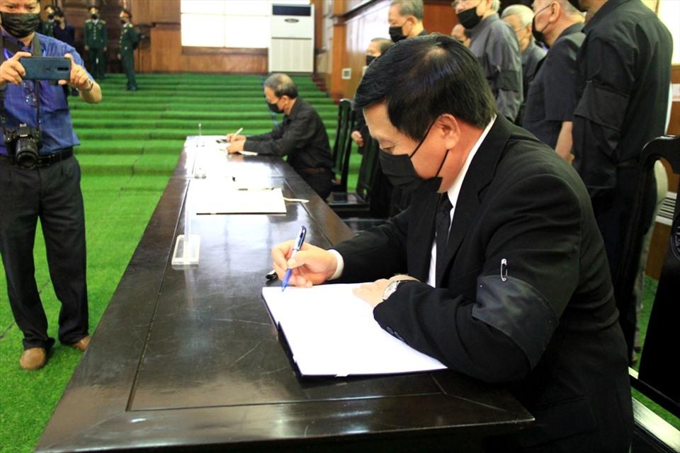 Đại diện lãnh đạo Trung ương, tỉnh Thanh Hóa ghi sổ tang, tưởng nhớ nguyên Tổng Bí thư Lê Khả Phiêu. Ảnh: Quách Du