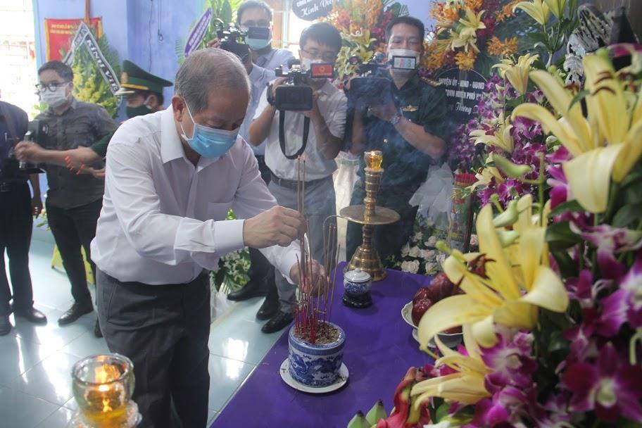 Sáng 14.8, ông Phan Ngọc Thọ - Phó Bí thư Tỉnh ủy, Chủ tịch UBND tỉnh Thừa Thiên Huế đã đến làng Rồng để dâng hương viếng nguyên Tổng Bí thư Lê Khả Phiêu. Ảnh: PĐ.