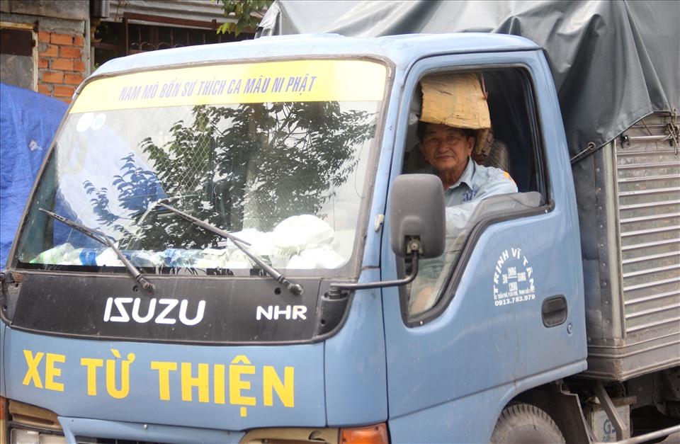 Ngoài đóng hòm, tẩm liệm cho những gia đình nghèo có người thân mất, ông Tân còn nhiệt tình với công tác từ thiện. Ảnh: N.T