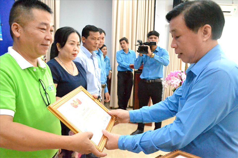 Trong quá trình thực hiện, LĐLĐ Kiên Giang đã kịp thời khen thưởng, động viên... các tổ chức, cá nhân có thành tích hợp tác cùng tổ chức Công chăm lo đoàn viên, CNLĐ. Ảnh: LT