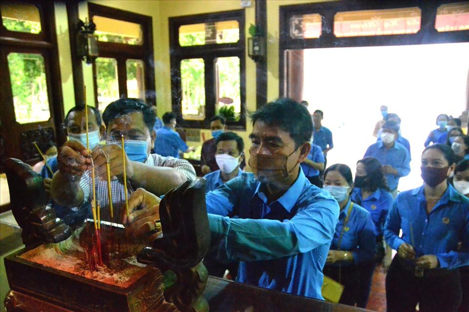 Ông Trương Văn Triêm cùng đoàn công tác LĐLĐ TP. Long Xuyên dâng hương lên bàn thờ Bác Tôn. Ảnh: LT