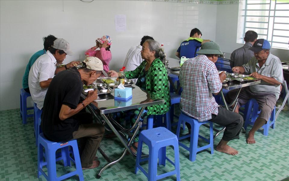 Quán bán cơm đồng giá 2.000 đồng, thực khách đa số là những người chạy xe ôm, làm phụ hồ, bán vé số và sinh viên.