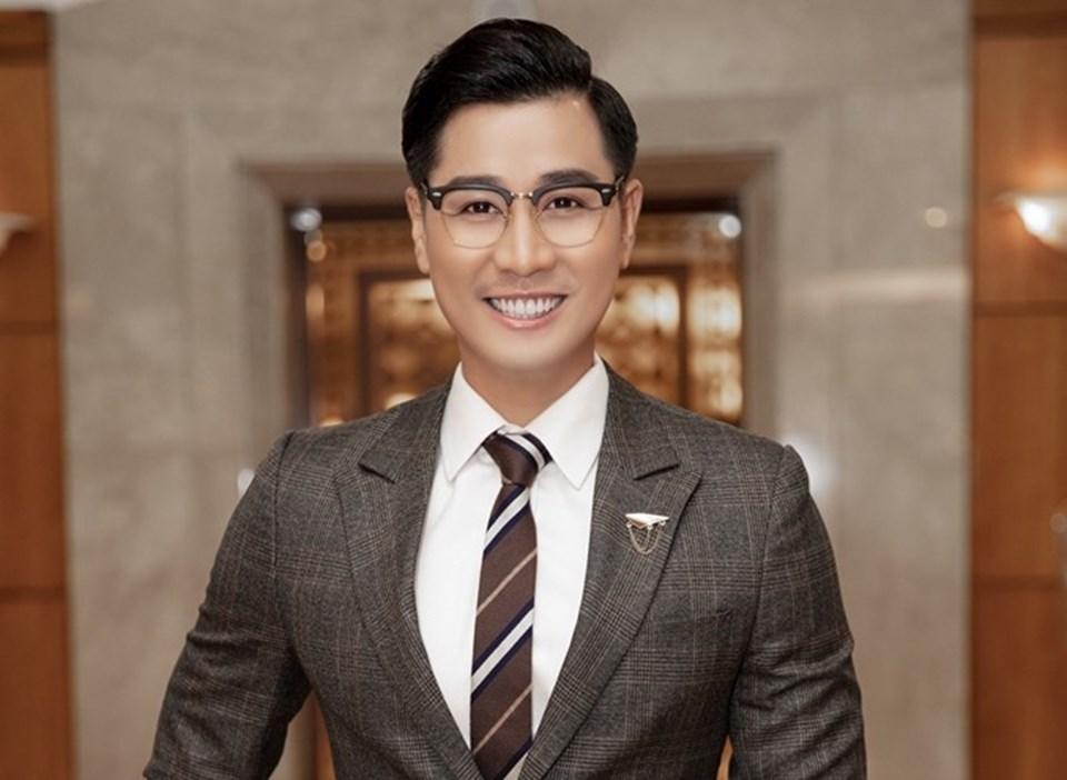 MC Nguyên Khang thay đổi phong cách, trở nên lịch lãm hơn. Ảnh: Tiên Nguyễn.