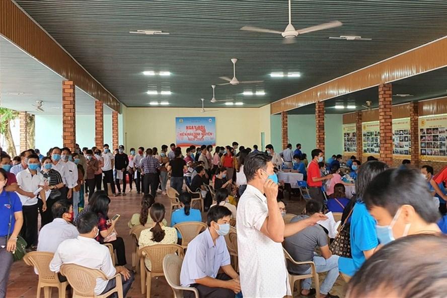 Đoàn viên người lao động và nhân dân tích cực tham gia hiến máu tình nguyện - Ảnh Phạm Yến