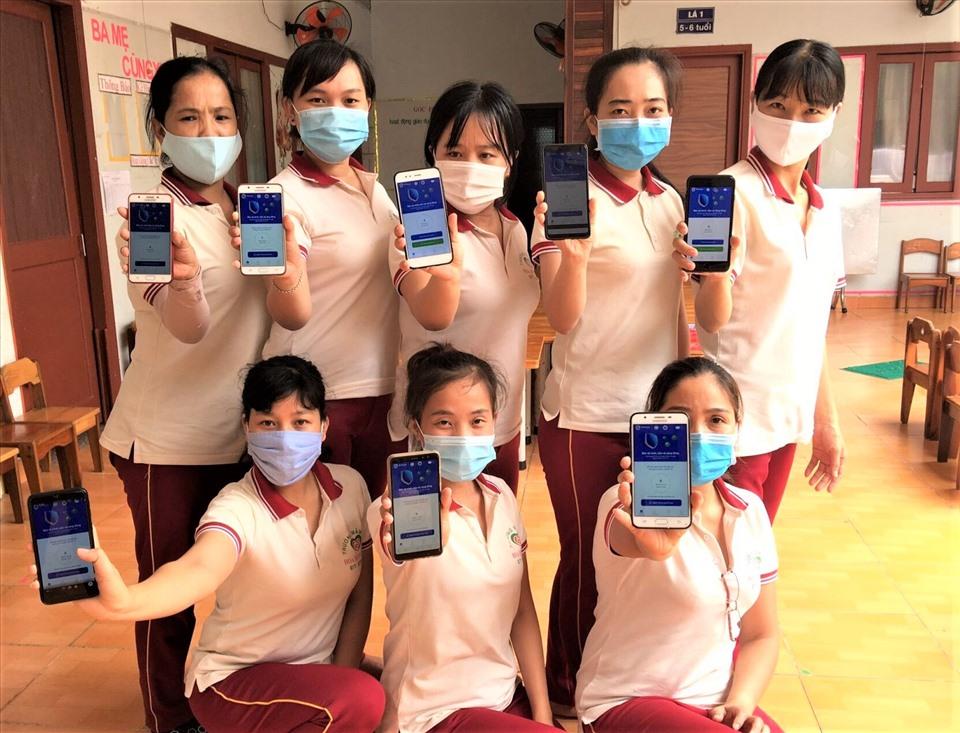 Giáo viên Trường mầm non Hoa Hồng Đỏ, Quận 9, cài đặt Bluezone phòng chống COVID-19 theo lời kêu gọi của Tổng LĐLĐ Việt Nam . Ảnh Đức Long