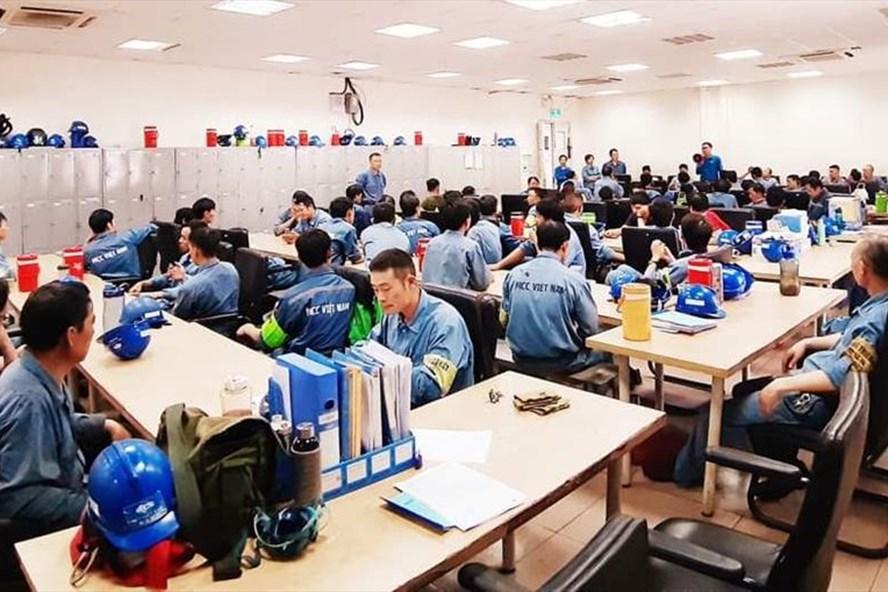 Công đoàn các KKT tỉnh Hà Tĩnh phối hợp với công đoàn cơ sở tuyên truyền pháp luật cho công nhân lao động ở Vũng Áng. Ảnh: CĐ.
