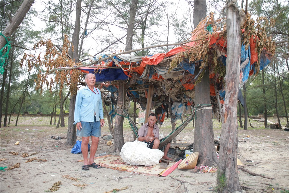 """Căn lều """"dã chiến"""" nơi cụ thường túc trực để cứu các ngư dân trôi dạt. Ảnh: Trần Tuyên"""