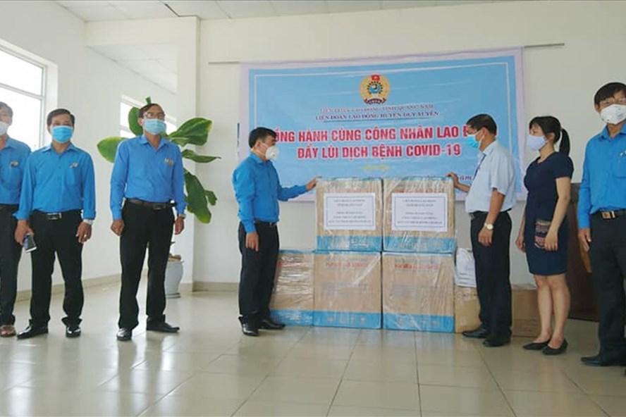 LĐLĐ tỉnh Quảng Nam trao khẩu trang hỗ trợ CNLĐ chống dịch COVID-19.