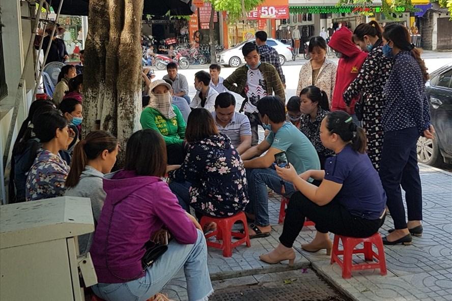 Gần 100 CNLĐ Cty LB tập trung trước cổng Sở LĐTB-XH tỉnh Ninh Bình để cầu cứu. Ảnh: NT
