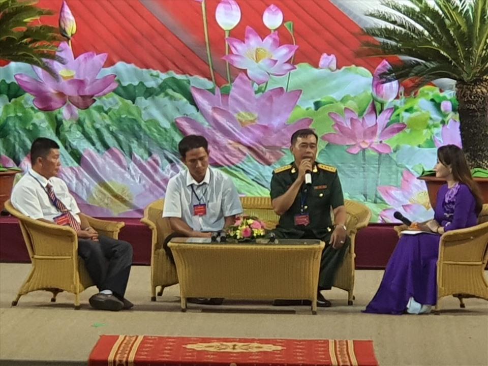 Đại ủy Trần Thanh Liên, Nguyễn Chí Kiên (giữa) giao lưu tại Đâị hội (ảnh Nhật Hồ)