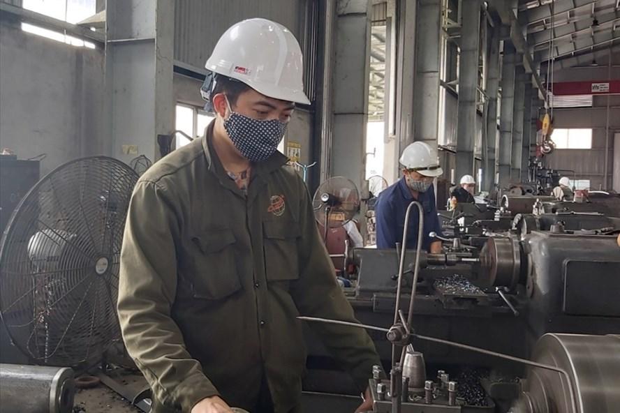 Công nhân Công ty Cơ khí Uông Bí (Quảng Ninh). Ảnh: Thanh Hằng