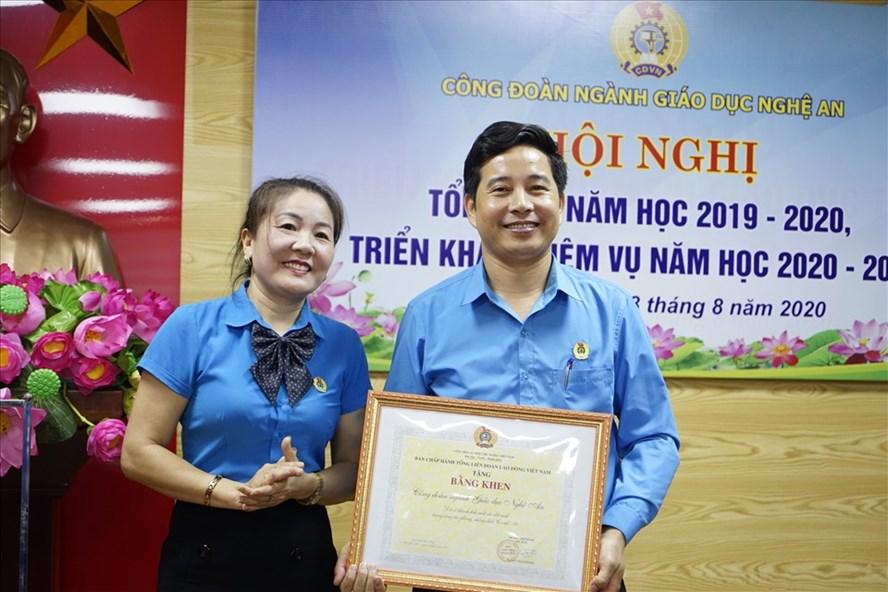 Công đoàn giáo dục Nghệ An nhận Bằng khen của Tổng LĐLĐ Việt Nam vì thành tích tham gia hỗ trợ phòng chống dịch COVID-19. Ảnh: Quang Đại