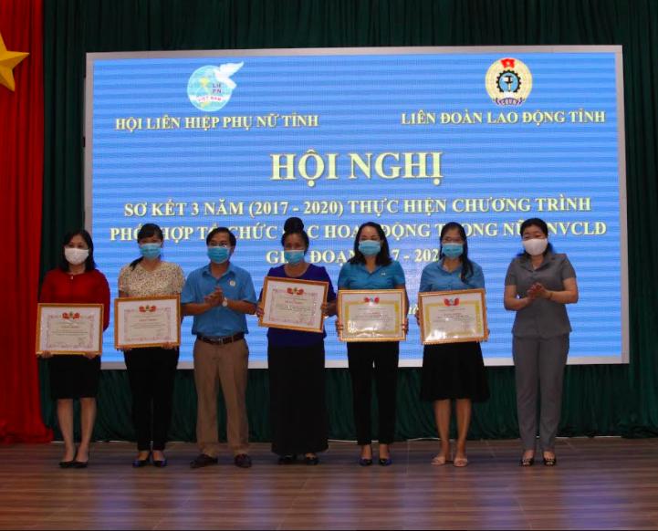 LĐLĐ tỉnh và Hội Liên hiệp Phụ nữ tỉnh đã tặng Bằng khen cho 06 tập thể và 10 cá nhân có thành tích xuất sắc trong việc thực hiện Chương trình phối hợp giai đoạn 2017-2020. Ảnh: Lê Hà