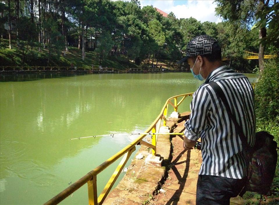 Thời gian trước, việc câu cá ở lòng hồ Diên Hồng bị cấm, do lo sợ ảnh hưởng đến hệ sinh thái của hồ nước. Sau này, một công ty đã đấu thầu, nhận quyền kinh doanh tổ hợp nhà hàng, cà phê, công viên…phía bên trong công viên hồ Diên Hồng. Người dân cũng như du khách được thoải mái câu cá giải trí.