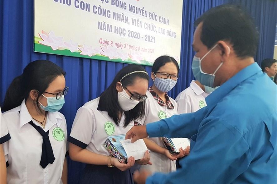 Con CNVCLĐ Quận 9 nhận học bổng Nguyễn Đức Cảnh. Ảnh Đức Long