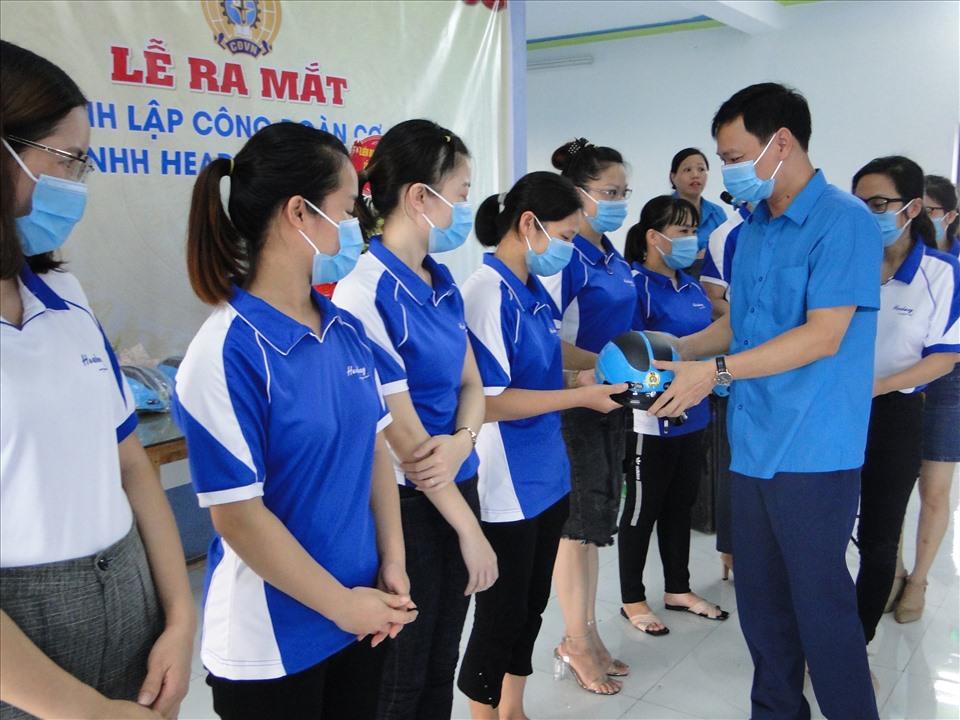 Lãnh đạo Liên đoàn Lao động tỉnh trao tặng mũ bảo hiểm chúc mừng người lao động ra nhập tổ chức Công đoàn Việt Nam. Ảnh: Bá Mạnh