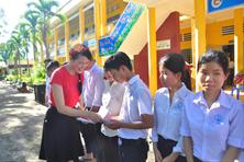 Cô giáo khuyết tật truyền cảm hứng cho học sinh đất sen hồng trước kỳ thi
