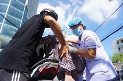 Y bác sĩ Bệnh viện C Đà Nẵng nén nỗi nhớ nhà, tiễn bệnh nhân về đoàn viên