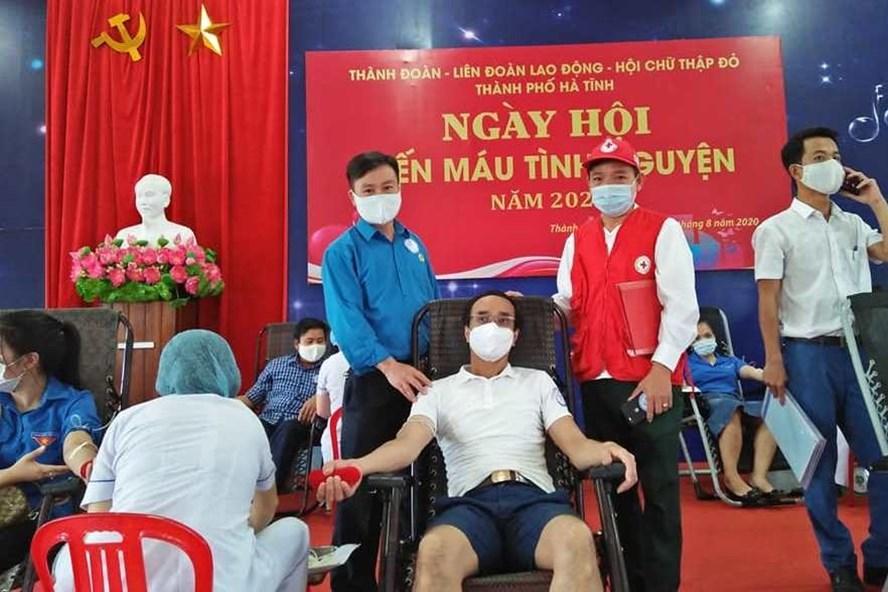 Ngày hội hiến máu tình nguyện năm 2020 do LĐLĐ thành phố Hà Tĩnh phối hợp tổ chức sáng 8.8. Ảnh: CĐ.