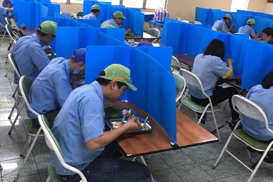 Chia ô phòng ăn, một trong những sáng kiến phòng chống dịch COVID-19 của Công ty TNHH Daiwa Việt Nam. Ảnh: Nguyễn Văn Phu