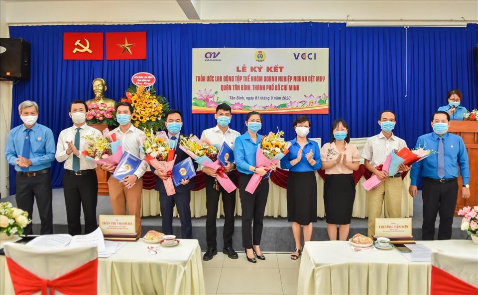 Lãnh đạo Tổng LĐLĐ Việt Nam, LĐLĐ TPHCM và Quận Tân Bình chụp hình lưu niệm cùng các doanh nghiệp tại lễ ký thỏa ước lao động tập thể. Ảnh Đức Long