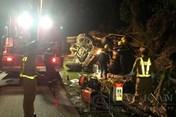 Bắc Kạn: Lật xe tải, 2 người bị mắc kẹt trong cabin