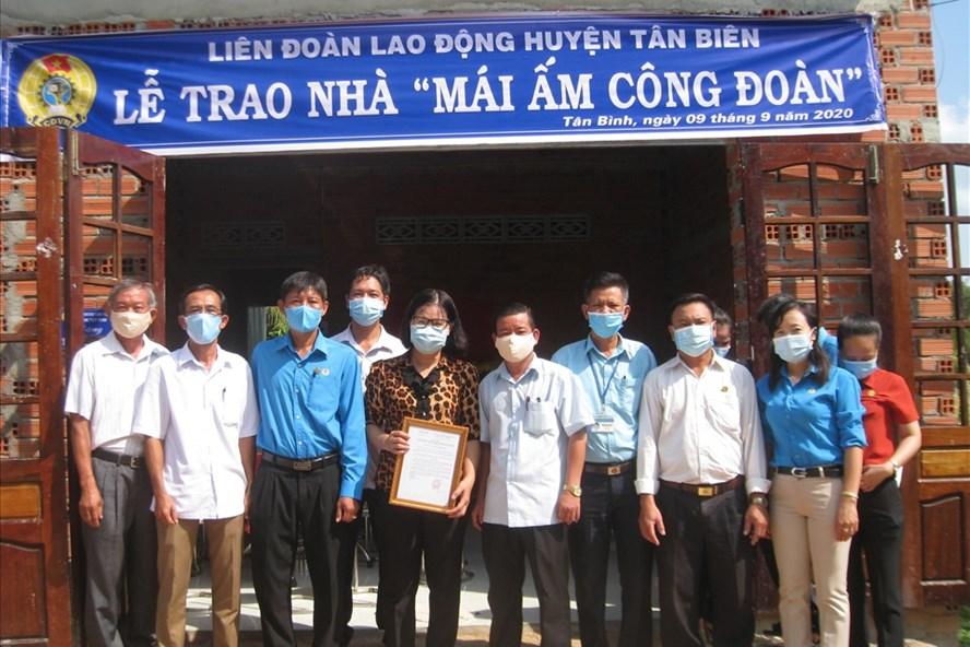 Các đại biểu trao Mái ấm Công đoàn và chụp ảnh lưu niệm cùng gia đình chị Linh. Ảnh LĐLĐ Tây Ninh cung cấp