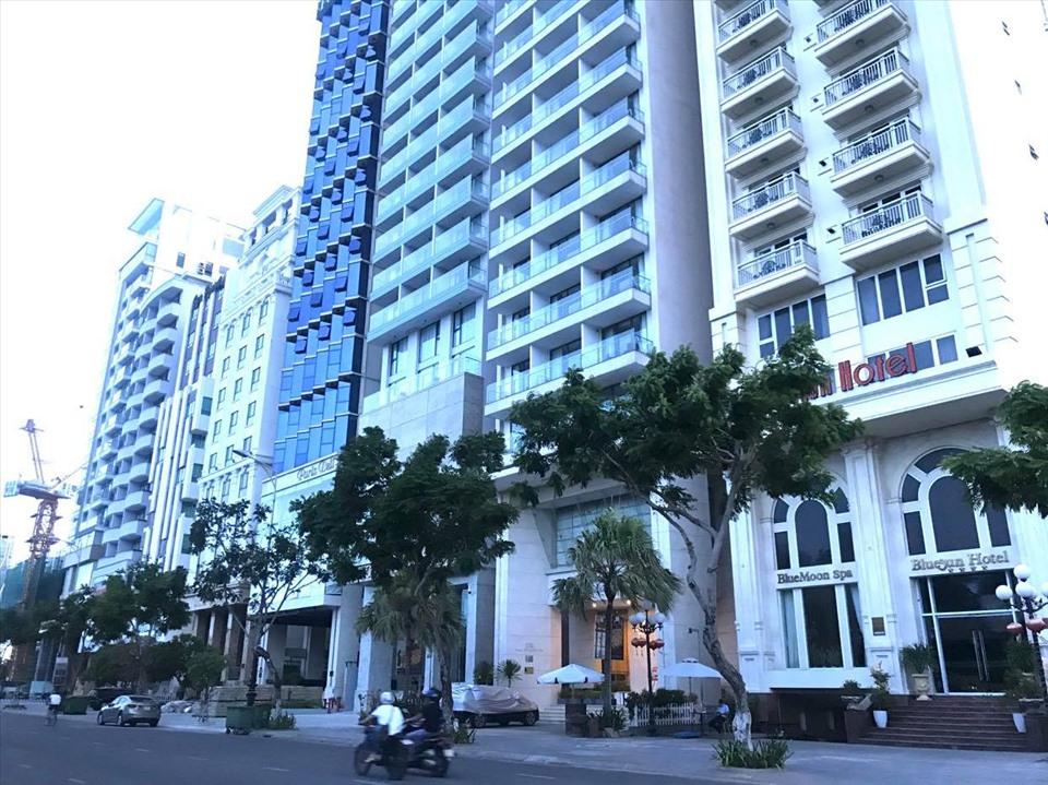Nhiều khách sạn trên đường biển Mỹ Khê, Đà Nẵng vẫn đóng cửa im lìm. Ảnh: Mai Hương