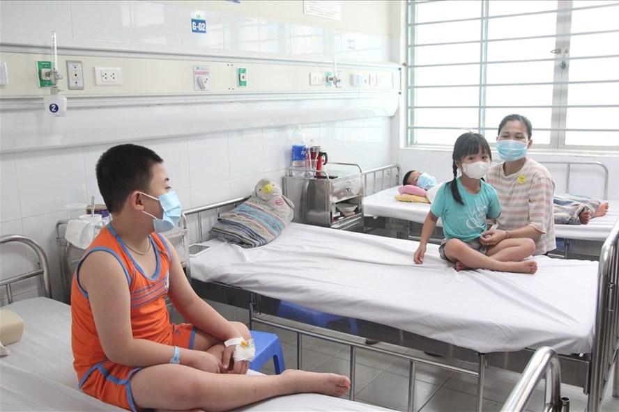 Bệnh nhi mắc sốt xuất huyết điều trị tại BV Nhi Trung ương. Ảnh: Thùy Linh