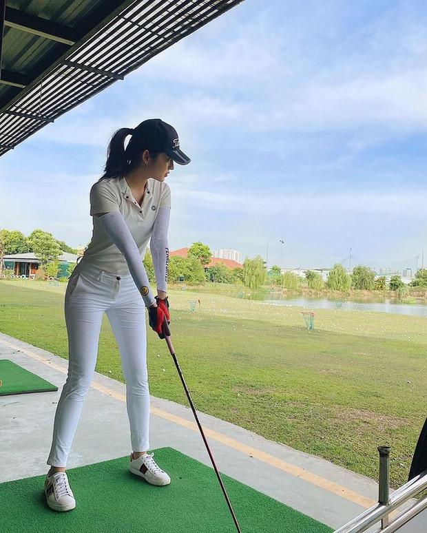 Á hậu Huyền My quyến rũ trên sân golf (Ảnh: NVCC).