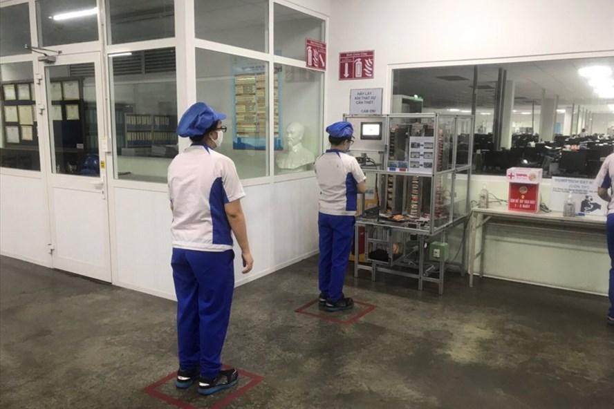 """Người lao động Công ty TNHH Mabuchi Motor Đà Nẵng phấn khởi với """"cây ATM mỳ tôm"""" của doanh nghiệp dành cho họ trong lúc khó khăn. Ảnh: Trà Giang"""