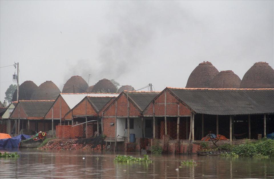 Ngay từ đầu làng đã có thể thấy những ống khói nghi ngút nhả ra những làn khói trắng, khói đen mù mịt.