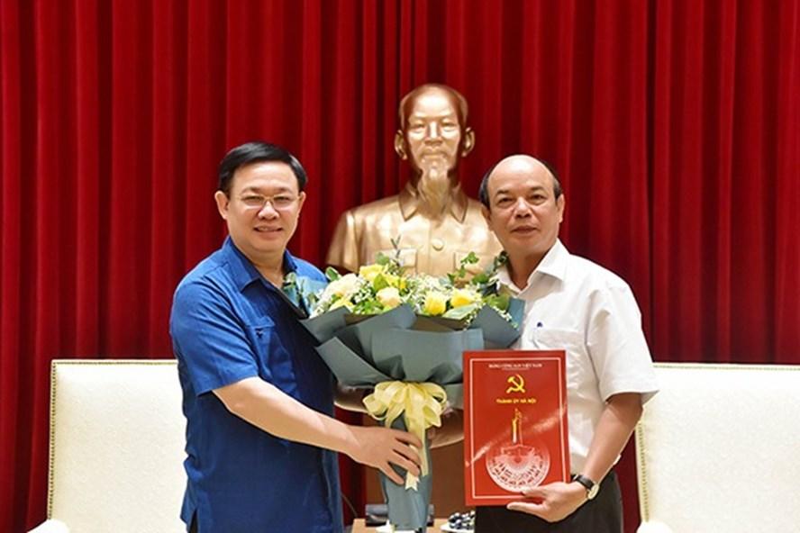 Bí thư Thành ủy Vương Đình Huệ trao quyết định nghỉ hưu cho ông Lê Trọng Khuê. Ảnh: Cổng TTĐT TP Hà Nội