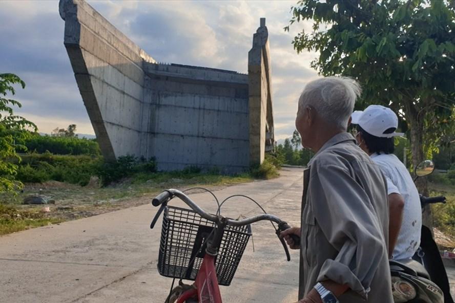 Cầu vượt qua 2 thôn Phước Thuận, Phước Hậu không có đường dẫn lên. Ảnh: Hữu Long