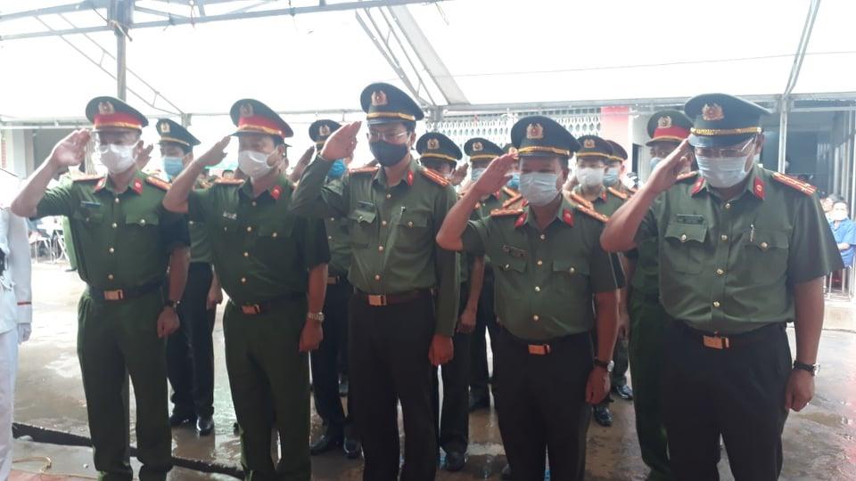 Tang lễ chiến sĩ Mạnh được cử hành theo nghi thức của Công an nhân dân. Ảnh: N. Chương