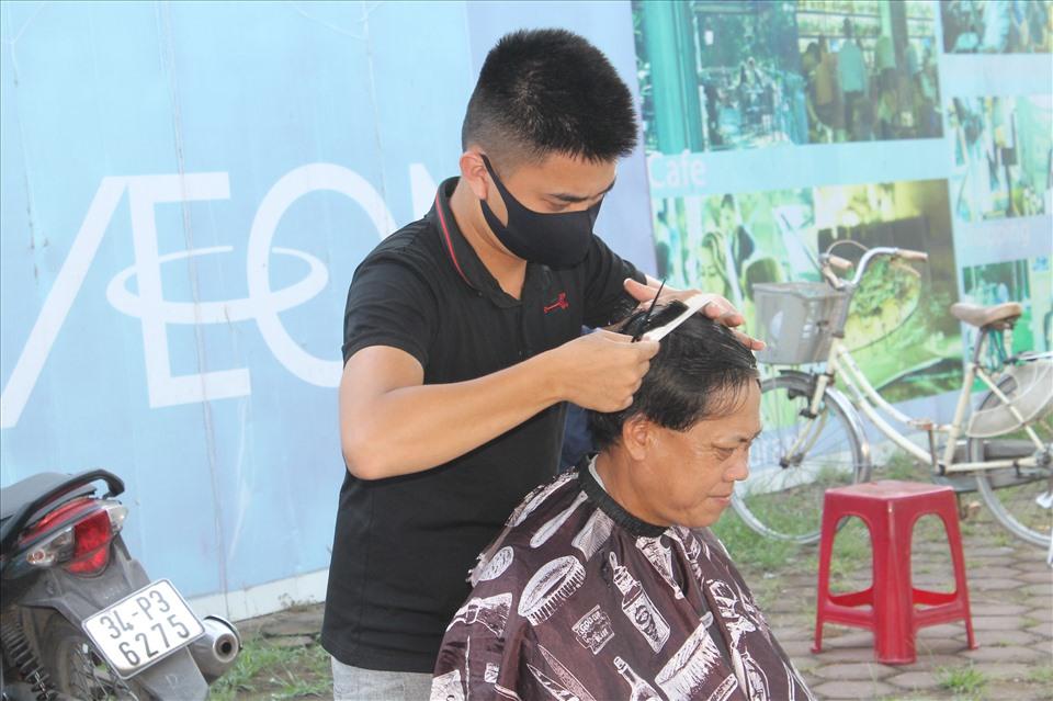 Theo anh Vũ Thế Khải - đội trưởng đội cắt tóc miễn phí phục vụ CNLĐ, tới đây, nhóm sẽ duy trì hoạt động này, dự kiến sẽ phục vụ nước uống cho NLĐ. Ảnh MD