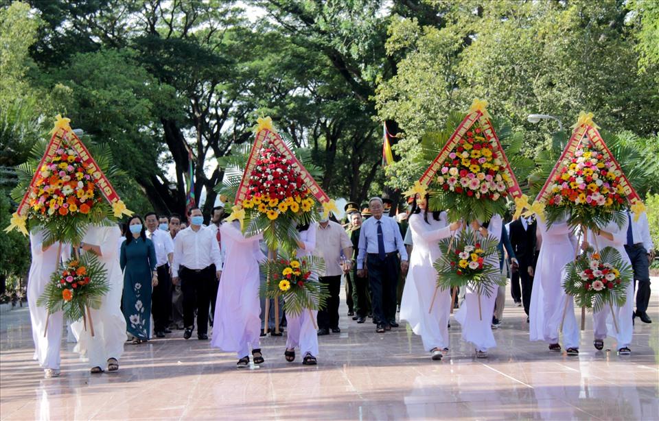 Lãnh đạo Tỉnh ủy, UBND tỉnh Bình Định đã tổ chức lễ dâng hoa tại Bảo tàng Quang Trung.