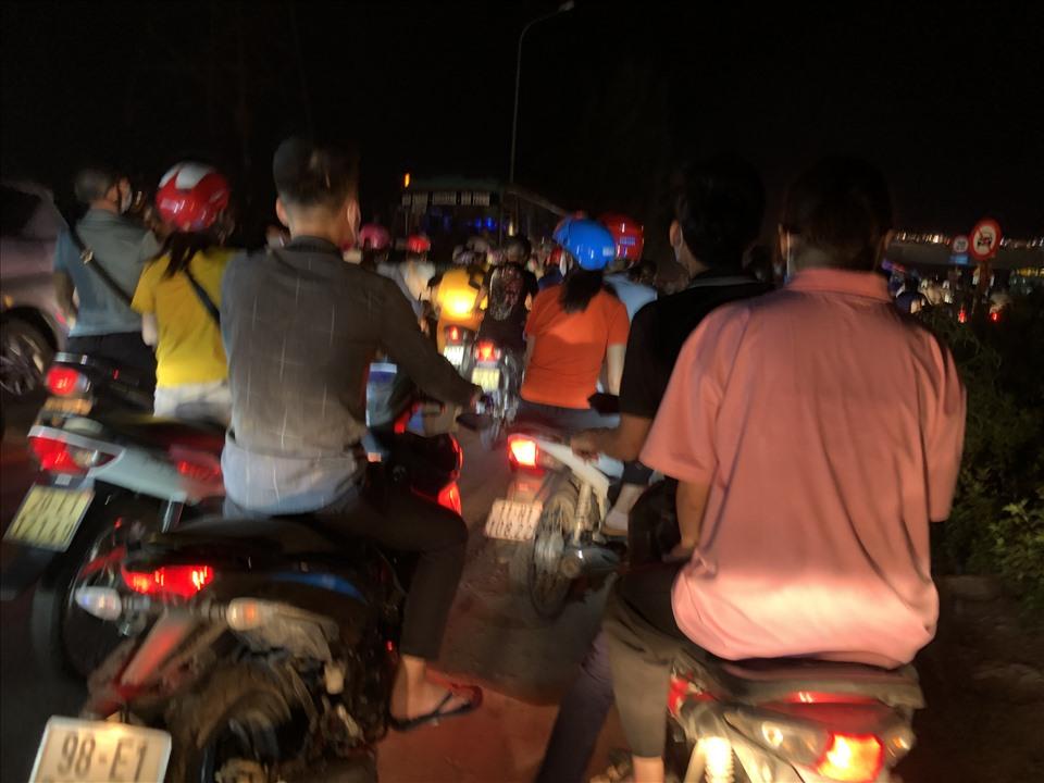 Do lượng công nhân quá đông nên đoạn đường dân sinh trong khu công nghiệp xảy ra ùn tắc nghiêm trọng. Hàng nghìn chiếc xe máy chen chúc nhau trên đoạn đường dân sinh chật hẹp. Ảnh: Bảo Hân.