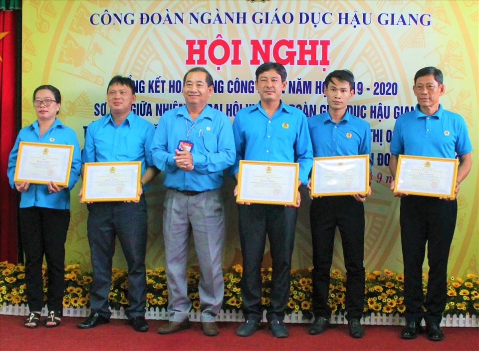 ông Kiều Văn Thọ - Phó Chủ tịch LĐLĐ tỉnh Hậu Giang  trao bằng khen của Công đoàn Giáo dục Việt Nam cho các tập thể có thành tích xuất sắc. Ảnh: Thành Nhân