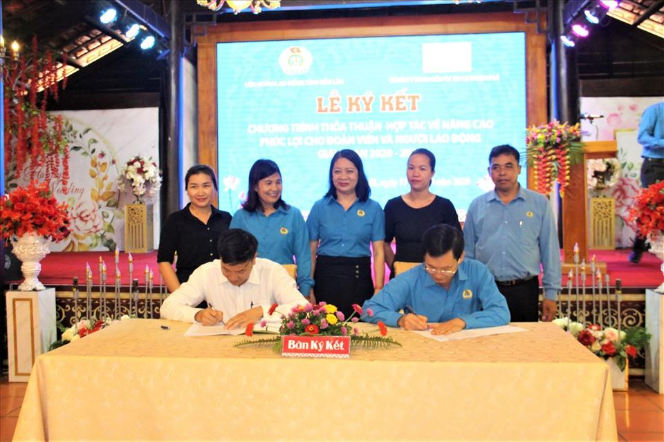 Ông Nguyễn Công Bảo - Chủ tịch LĐLĐ tỉnh Đắk Lắk (phải) ký kết thỏa thuận hợp tác nâng cao phúc lợi cho đoàn viên và người lao động với doanh nghiệp tại địa phương. Ảnh Kim Bảo