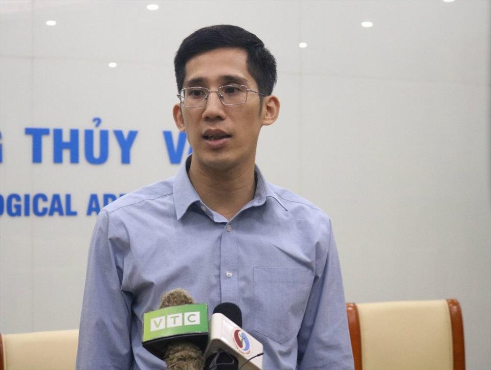 Ông Trần Quang Năng phân tích về bão số 5. Ảnh: Tuyết Trinh.