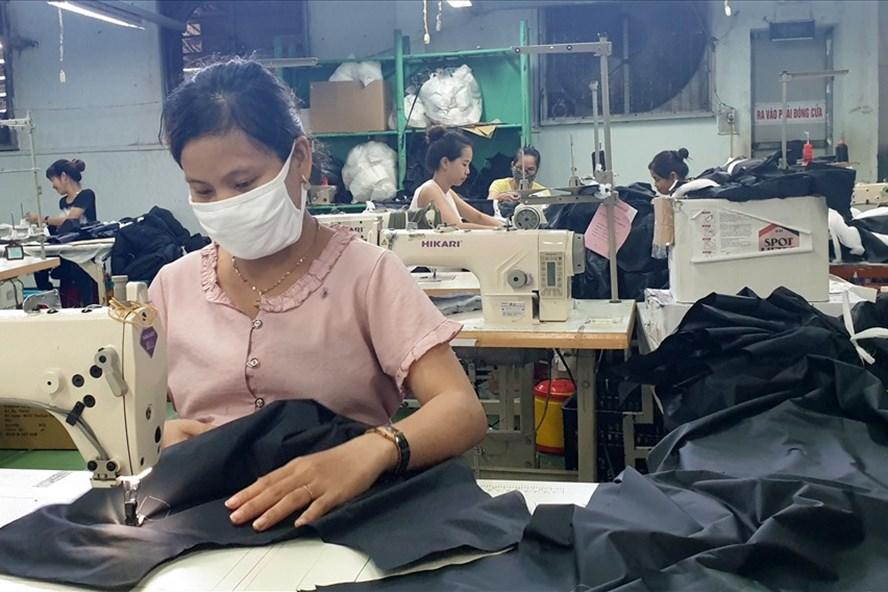 Do ảnh hưởng dịch COVID-19, Công ty cổ phần May Quảng Trị gặp khó nên nợ BHXH, làm ảnh hưởng đến quyền lợi của người lao động. Ảnh: Hưng Thơ.