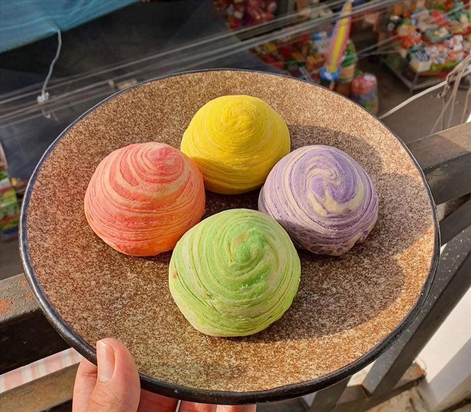 Bên cạnh đó, nhiều loại bánh Trung thu mới lạ cũng xuất hiện như bánh Trung thu nghìn lớp, bánh Trung thu rau câu,... Ảnh: Quân Nghi