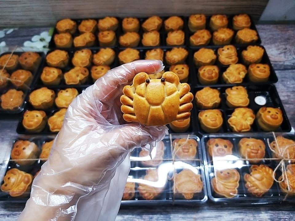 Thị trường bánh trung thu năm nay khá ảm đạm do dịch COVID-19 nhưng bù lại các loại bánh đã chú trọng hơn vào chất lượng và mẫu mã đẹp mắt để thu hút người tiêu dùng.