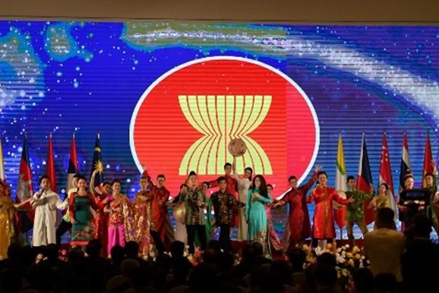 Nghệ sĩ biểu diễn tại lễ khai mạc Hội nghị cấp cao ASEAN tại Hà Nội ngày 26.6.2020. Ảnh: AFP.