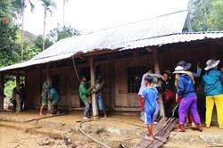 Người dân tất bật dọn dẹp sau lũ quét ở Quảng Nam
