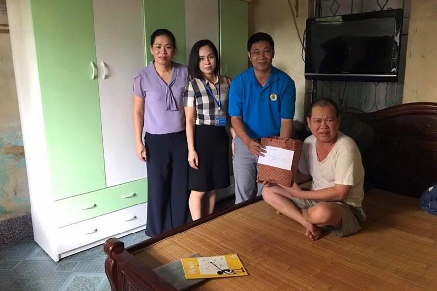 Liên đoàn Lao động huyện Thanh Trì (Hà Nội) tổ chức thăm hỏi, tặng quà cán bộ, giáo viên, nhân viên và người lao động thuộc khối trường học . Ảnh: LĐLĐ huyện