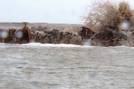 """Cận cảnh đê biển Tây """"tan hoang"""" sau mưa bão"""