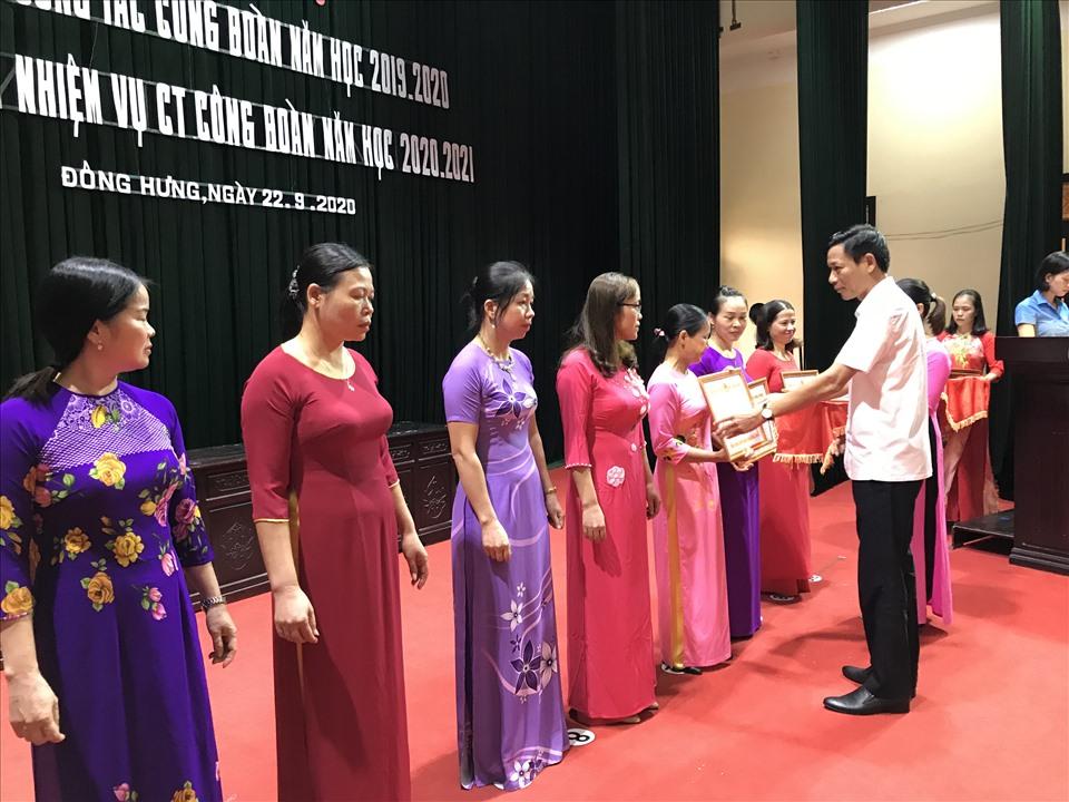 Đồng chí Nguyễn Xuân Đán – Phó chủ tịch UBND huyện trao khen thưởng cho các tập thể.